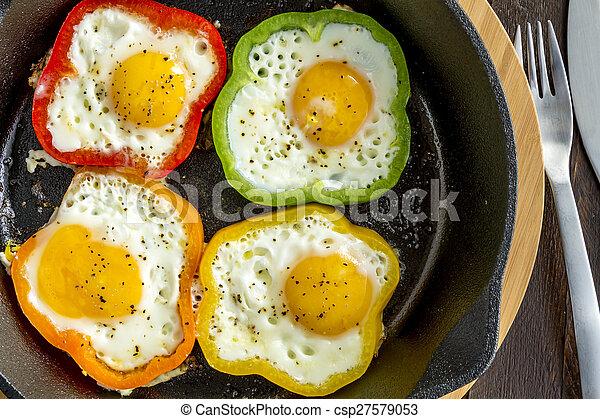 Huevos fritos en sartén de hierro fundido - csp27579053