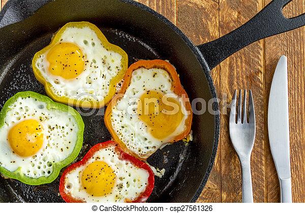Huevos fritos en sartén de hierro fundido - csp27561326
