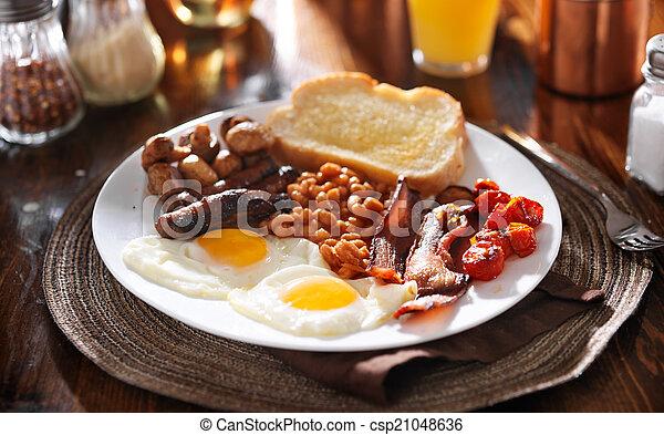 saucisse, oeufs, tomates, champignons, lard, anglaise, haricots, petit déjeuner - csp21048636