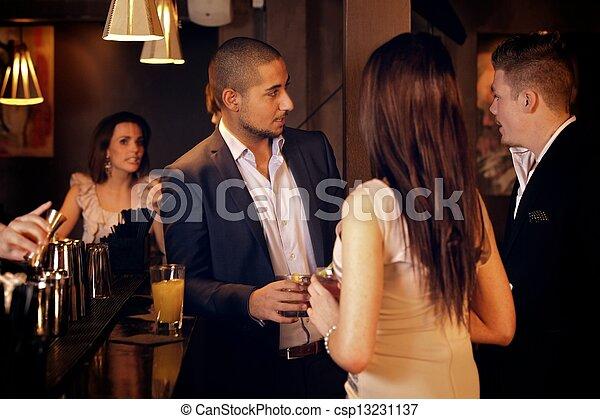 sbarra, giovane, appendere, uomo affari, amici, fuori - csp13231137