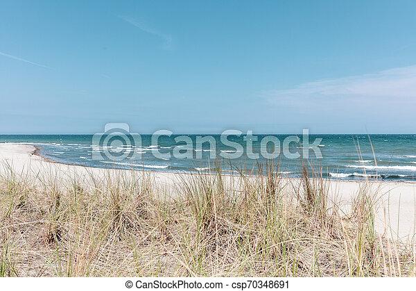 Die Aussicht auf die Düne der Ostsee bei schönem Wetter - csp70348691