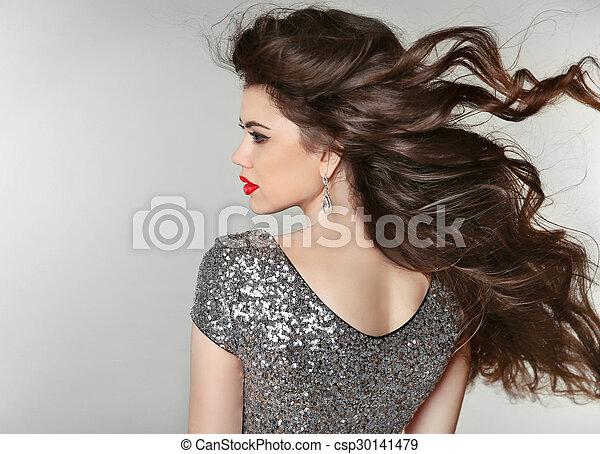 Haare. Wunderschönes Brünettchen. Gesundes langes Haar. Schöne Model-Frau. Haarschnitt. - csp30141479