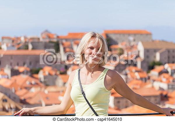 schöne , dubrovnik, junger, verwischt, panoramisch, hintergrund, cityscape., blond, m�dchen - csp41645010