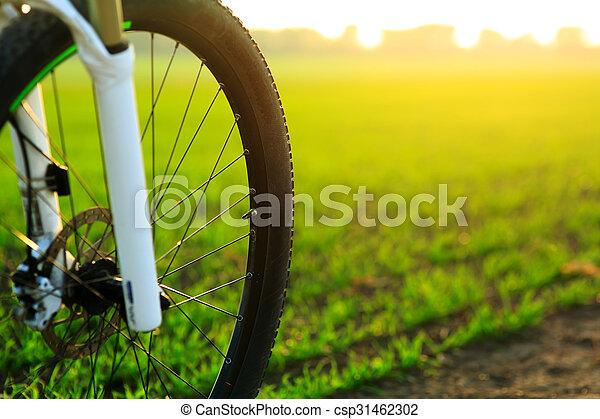 Wunderschöne szene mit dem fahrrad bei sonnenuntergang