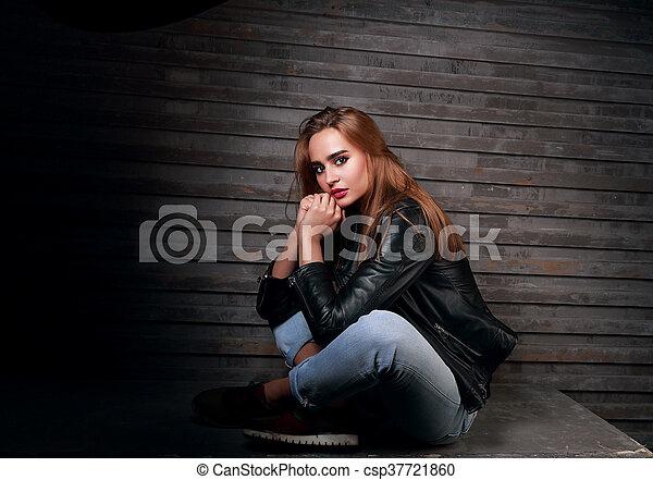 schöne frau, denken, jeans, jacke, wand, radfahrer, straße, schwarzer hintergrund, mode