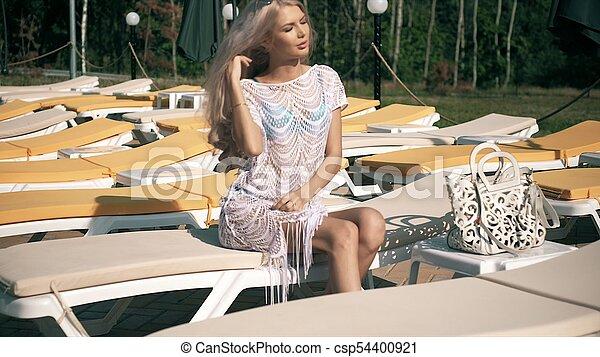 Schöne Frau Klammer Deck Junger Entspannt Stuhl Teich Liegen