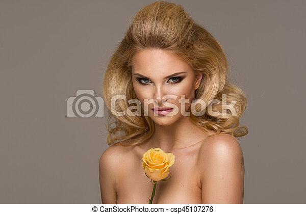 schöne frau, lockig, flower., langer, posierend, hair., blond, m�dchen, sinnlich - csp45107276