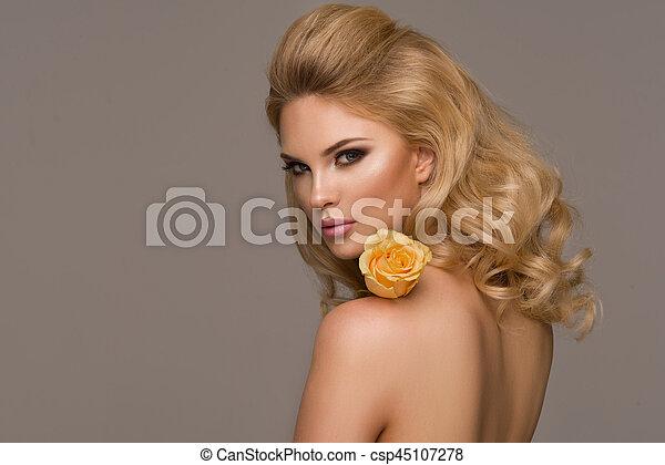 schöne frau, lockig, flower., langer, posierend, hair., blond, m�dchen, sinnlich - csp45107278