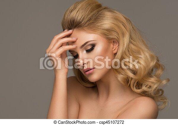 schöne frau, lockig, langer, hair., blond, m�dchen, sinnlich, posing. - csp45107272