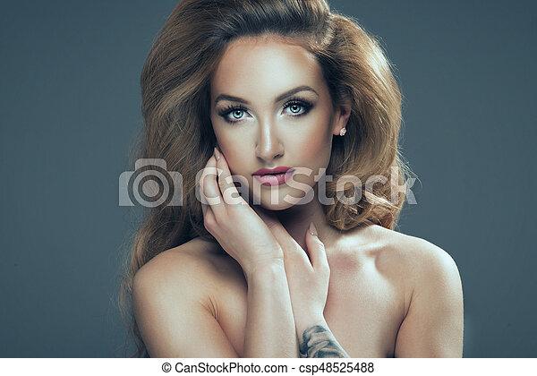 schöne frau, lockig, langer, hair., blond, m�dchen, sinnlich, posing. - csp48525488