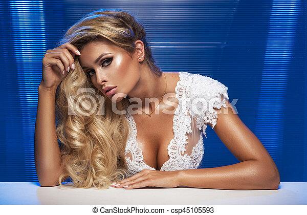 schöne frau, lockig, langer, hair., blond, m�dchen, sinnlich, posing. - csp45105593
