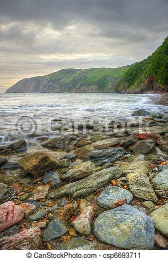 Wunderschöne, warme Sonne auf dem Meer mit Klippen und Felsen - csp6693711