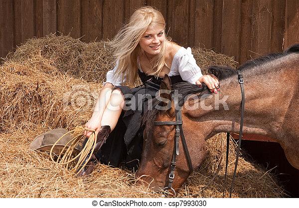 Schönes Mädchen im Stil des Landes - csp7993030