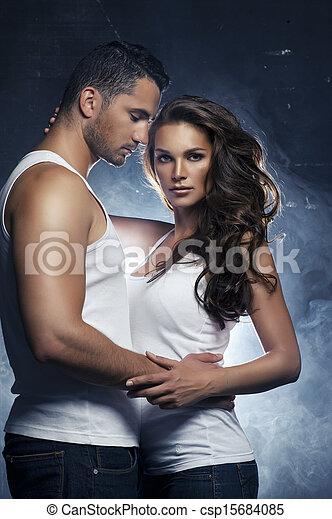 schöne , liebe, paar, innen, junger, umarmen, lächeln - csp15684085