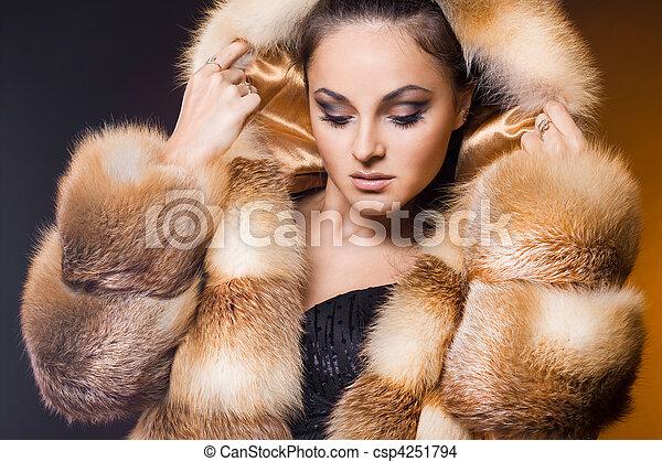Schöne Frau in einem Pelzmantel - csp4251794