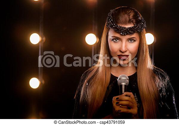 Junge Smiley Schone Lange Haare Madchen In Schwarzem Kleid Mit Mikrofonsong Auf Der Buhne In Karaoke