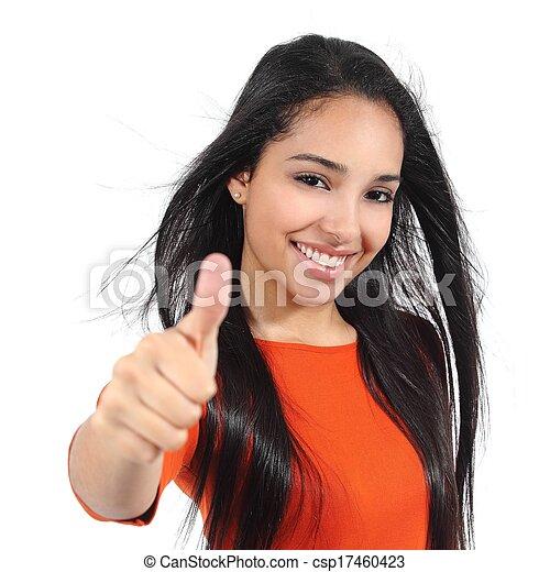 Schöne Frau mit perfektem, weißem Lächeln mit Daumen nach oben - csp17460423