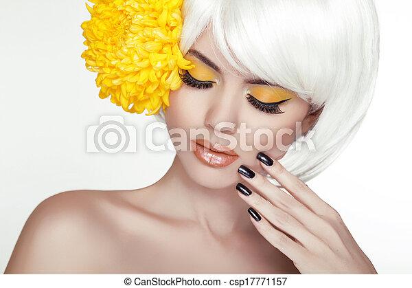 schöne , perfekt, frau, weibliche , sie, schoenheit, face., aufmachung, hintergrund, freigestellt, gelber , manicured, flowers., berühren, frisch, blond, spa, skin., porträt, weißes, nails. - csp17771157