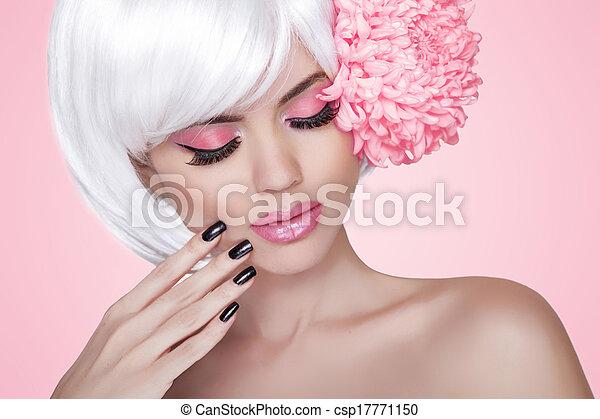 Make-up. Maniküre Nägel. Fashion Beauty Model Girl Portrait mit Blume. Behandlung. Schöne blonde Frau über rosa Hintergrund - csp17771150