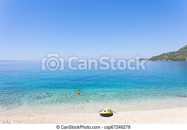 Drasnice, dalmatien, croatia - Ruderboot am schönen Strand von drasnice - csp67246279
