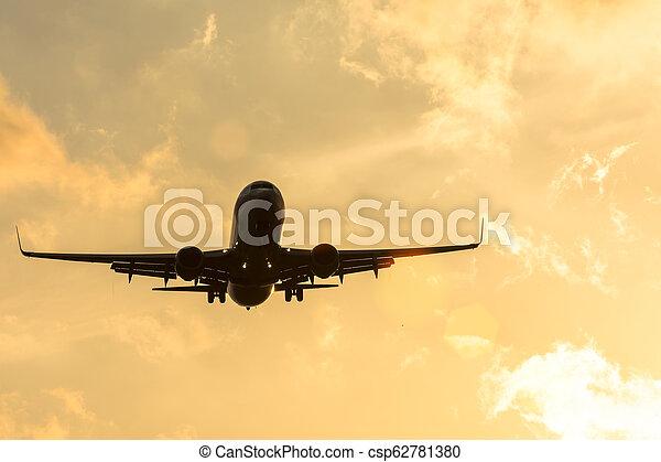 schöne , silhouette, sky., dunkel, flughafen, sonnenuntergang, motorflugzeug, sich nähern - csp62781380