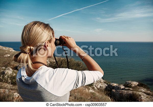 Bild von weiblicher wanderer auf dem berg stehen während ein