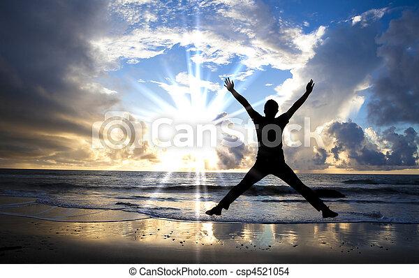 schöne , springende , glücklich, sandstrand, sonnenaufgang, mann - csp4521054