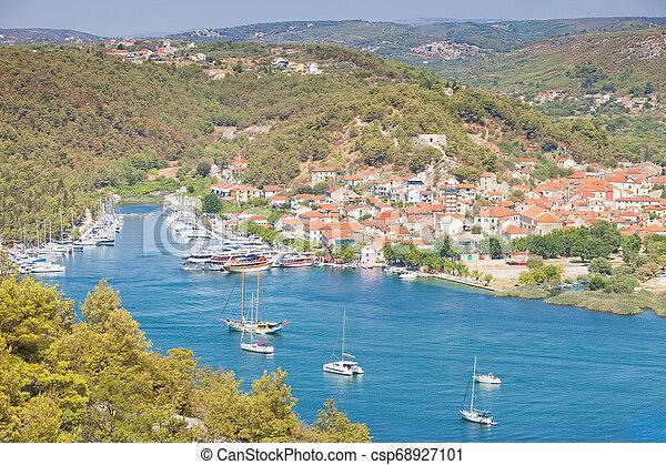 Skradin, Kroatien - Besuch der schönen Altstadt von Skradin - csp68927101