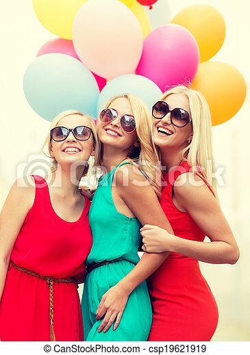 Schöne Mädchen mit bunten Ballons in der Stadt - csp19621919