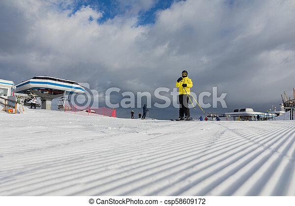 schöne , steigung, bereich, dolomiten, gelbe jacke, ski, slopes., skier - csp58609172