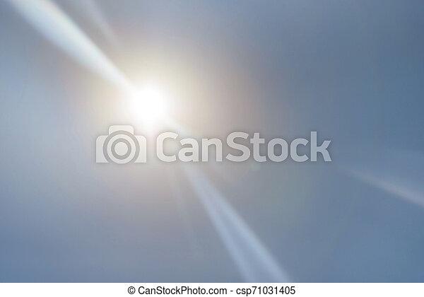 Schöne Highlights und Sonnenstrahlen am heißen Himmel. - csp71031405