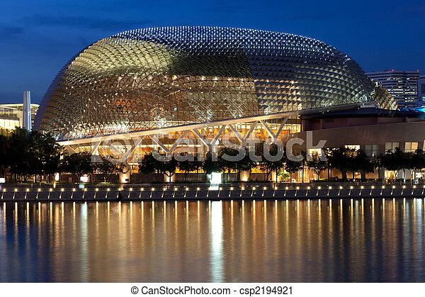 Esplanade Theatre auf der Bucht in der Dämmerung mit wunderschönen Reflexionen - csp2194921