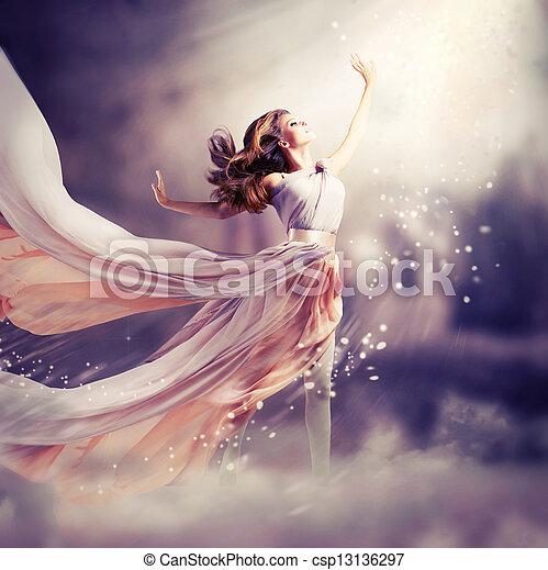 Schönes Mädchen, das lange Chiffon-Kleid trägt. Fantasieszene - csp13136297