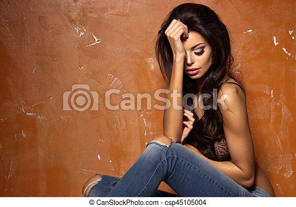 schöne , tragen, frau, jeans, damenunterwäsche - csp45105004