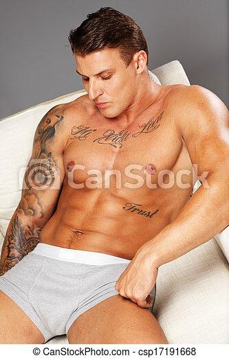 schöne , unterwäsche, sofa, muskulös, liegen, oberkörper, tätowierte, mann - csp17191668