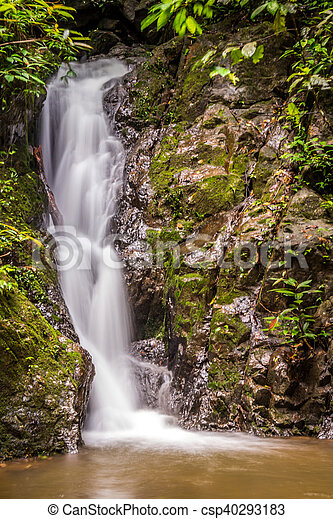 Wunderschöner Wasserfall - csp40293183