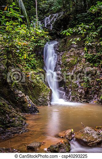 Wunderschöner Wasserfall - csp40293225