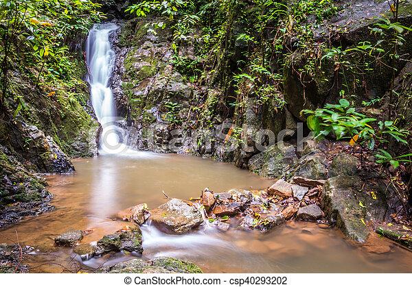 Wunderschöner Wasserfall - csp40293202