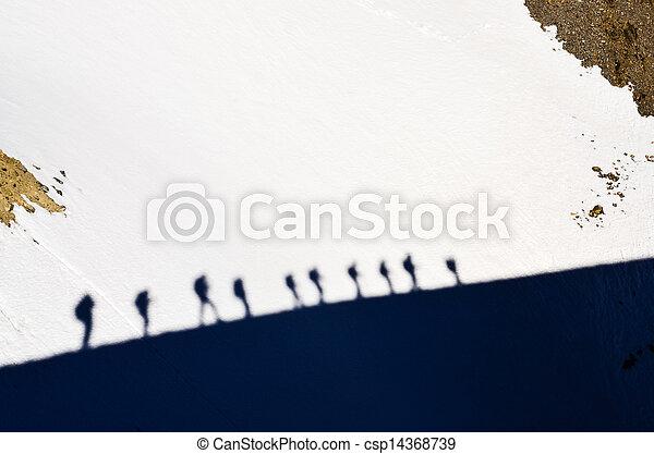 schaduwen, berg, trekkers, groep, sneeuw - csp14368739