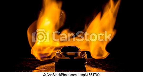Das Auto im Schatten mit leuchtenden Lichtern in geringem Licht, oder Silhouette des Sportwagens dunklen Hintergrund. - csp61654702