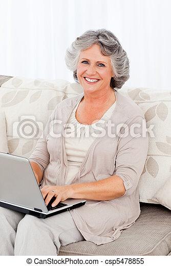 Die Frau schaut auf die Kamera - csp5478855