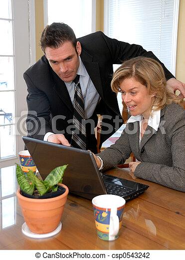 Ich schaue auf den Laptop - csp0543242