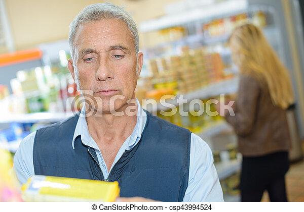 schauen, produkt, mann, älter, kaufmannsladen - csp43994524