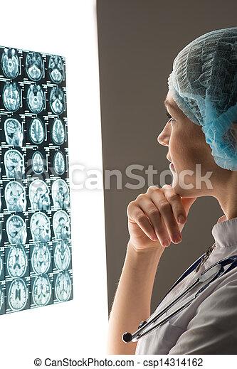Der Arzt schaut auf die Röntgenaufnahme - csp14314162