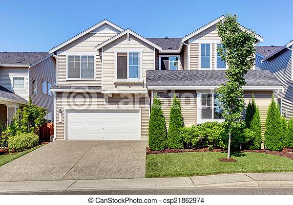 Das Haus mit der Decke. Garage mit Einfahrt und Bordstein Berufung - csp21862974