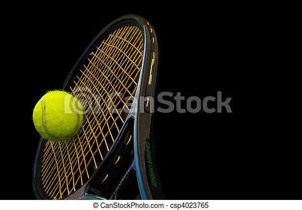 Tennisschläger und Ball auf schwarzem Hintergrund - csp4023765