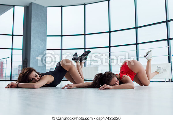 sexy Frauen tanzen in Riemen