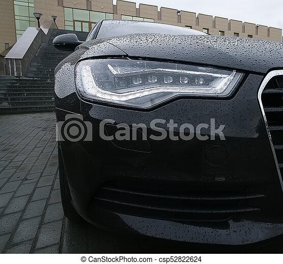 Das Hauptlicht eines angesehenen Autos in der Nähe - csp52822624
