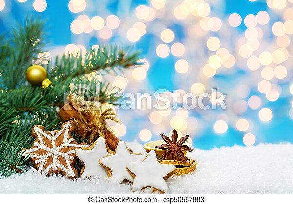 Zimtsterne und Gewürze, Weihnachtsdekoration im Schnee - csp50557883