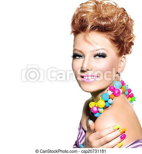 Hübsches Mädchen mit farbigem Make-up, Nagellack und Accessoires - csp20731181